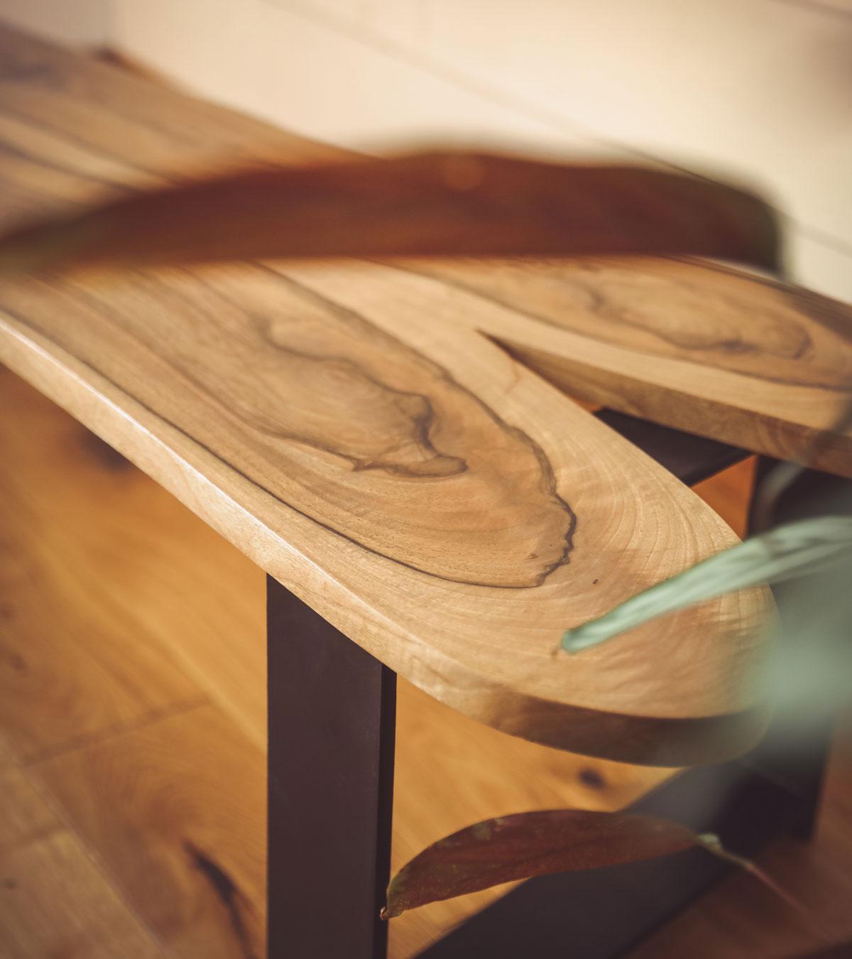 Banc (bois/métal) en Noyer du Périgord, choix de bois nobles pour les réalisation sur-mesure