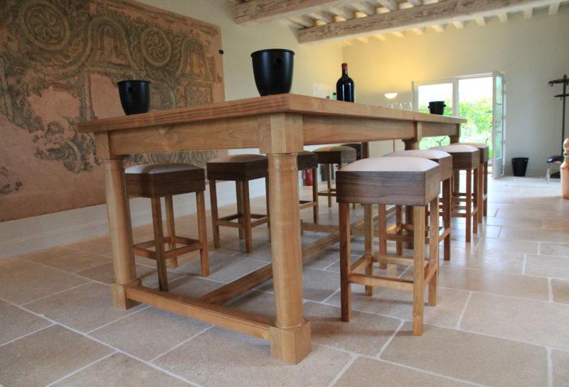 Création sur-mesure : Table haute et ses tabourets pour le château de la Gaffelière