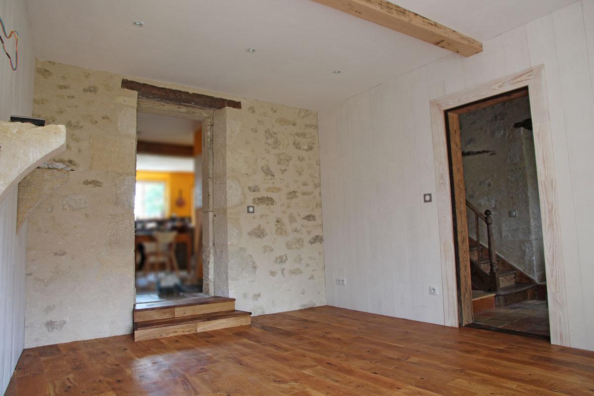 Adapter le lambris et le parquet massif en rénovation, maison en pierre