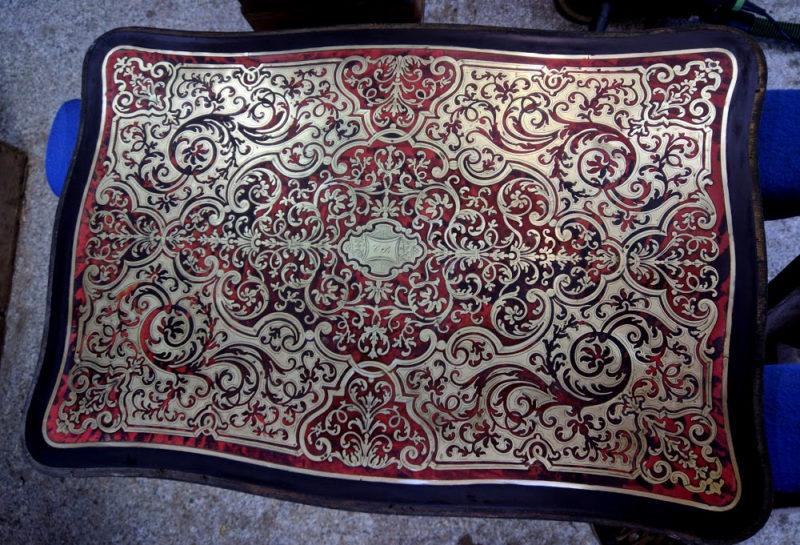 table de chevet galbé napoléon III en écaille de tortue et marqueterie laiton, style Boulle