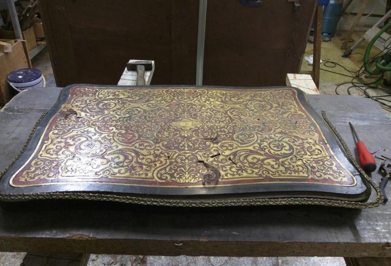 table de chevet galbé napoléon III en écaille de tortue et marqueterie laiton, style Boulle AVANT restauration