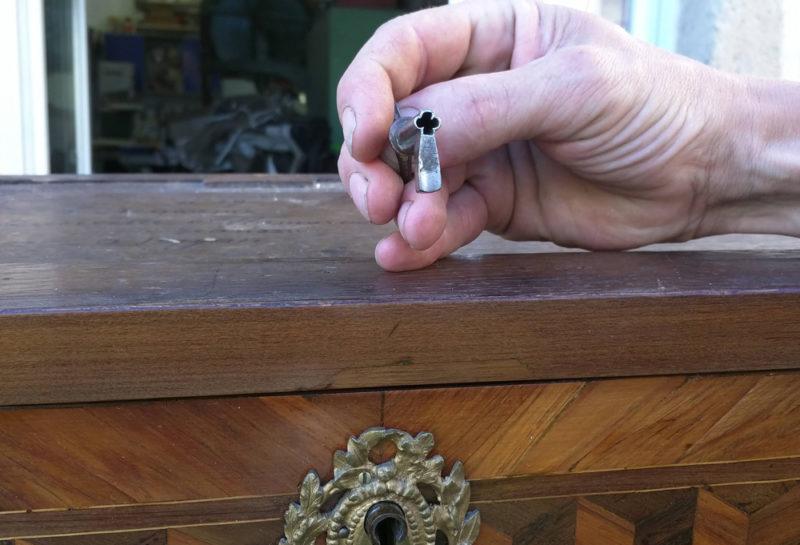 Secrétaire en marqueterie géométrique en cubes sans fond bois de rose et ébene, restauration mobilier