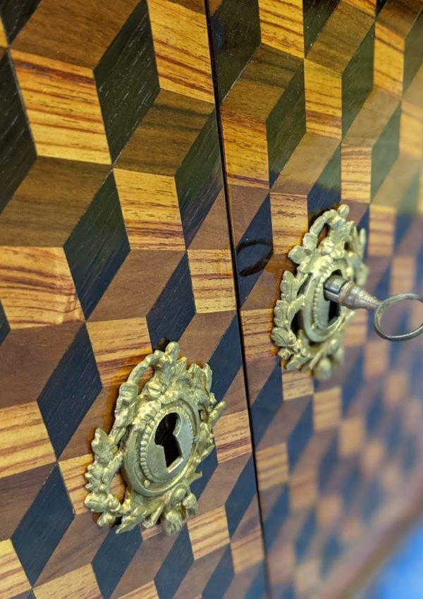 Secrétaire en marqueterie géométrique en cubes sans fond, après restauration